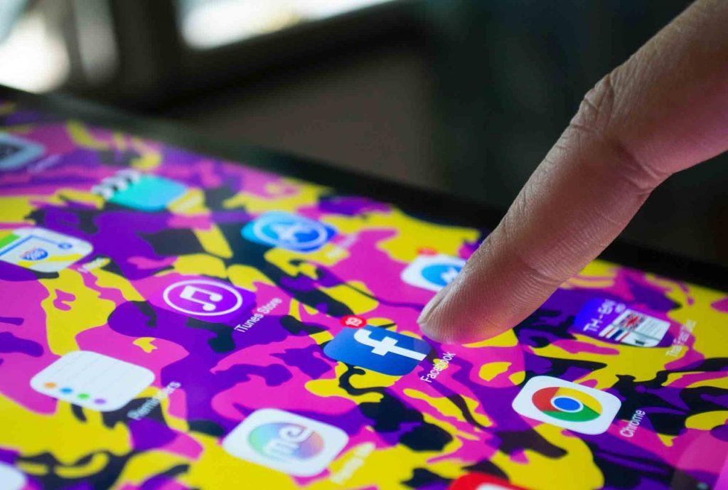 une application facebook sur une smartphone